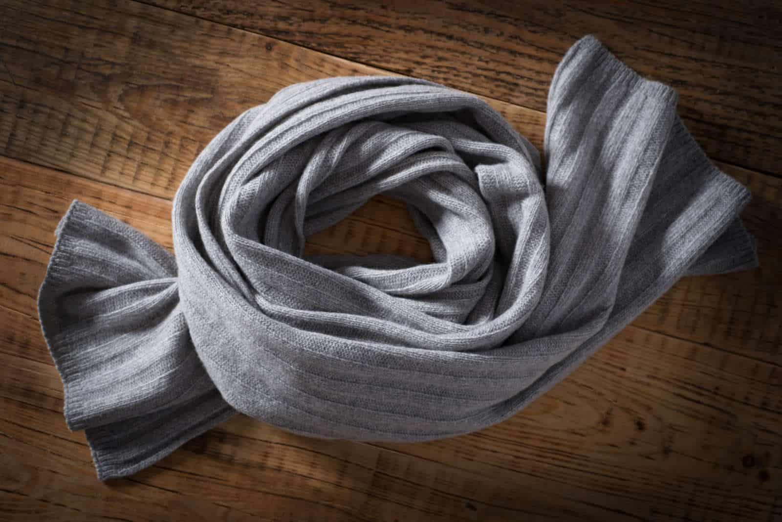 Modne, eleganckie szaliki o wielu wzorach i zróżnicowanej kolorystyce.